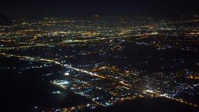 Un ala plana El avión vuela sobre la ciudad de la noche Fuegos de la ciudad de la noche Visión desde una ventana del pasajero del almacen de video