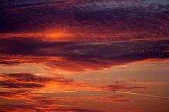 Un'alba ardente sopra il mare fotografia stock
