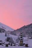 Un'alba a La CLusaz, nelle alpi francesi, con la chiesa in mezzo al villaggio Fotografia Stock Libera da Diritti