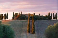 Un'alba nuvolosa di settembre in una vecchia proprietà terriera nelle vicinanze del ` Orcia, Italia di San Quirico d Immagini Stock