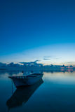 Un'alba + una barca calme Fotografia Stock Libera da Diritti