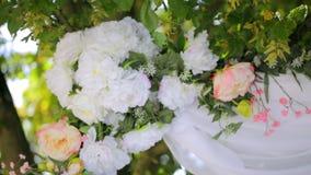 Un albero decorato con i fiori ed i palloni bianchi video d archivio
