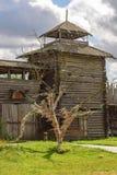 Un albero dei desideri con i nastri variopinti davanti ad un vecchio posto di guardia di legno Fotografia Stock