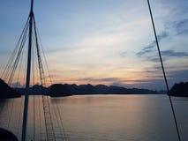Un albero del ` s della nave contro un tramonto fotografie stock