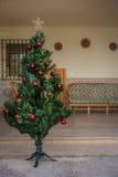 Un albero di Natale artificiale con alcune palle Fotografie Stock
