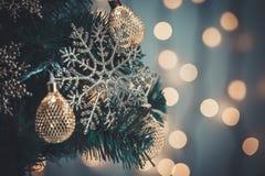 Un albero di Natale decorato con i fiocchi di neve e una ghirlanda sui precedenti di un bokeh e dei bordi bianchi Buon Natale, id Immagine Stock Libera da Diritti