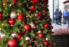 Un albero di Natale decorato sulle vie di Amsterdam immagine stock