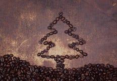 Un albero di Natale fuori allinea fatto dai chicchi di caffè arrostiti Fotografie Stock