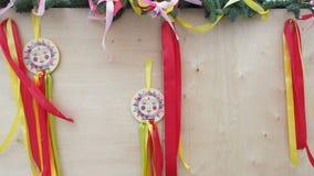Un albero di Natale ha decorato l'elemento delle decorazioni di Shrovetide con i nastri variopinti, fluttuanti nel vento un'immag stock footage