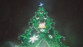 Un albero di Natale meravigliosamente decorato in una piazza, 4k video d archivio