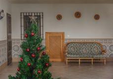 Un albero di Natale semplice con alcune palle rosse Fotografie Stock