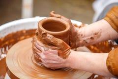 Un alfarero hace la cerámica Imágenes de archivo libres de regalías