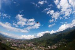 Un aliante nel cielo blu con il paracadute rosso che scivola per il divertimento e l'eccitazione Fotografia Stock Libera da Diritti
