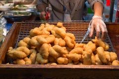 Un aliment de rue en Thaïlande avec le menu fait frire et d'émoi Un certains oriental et unique Photos stock