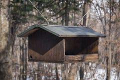 Un alimentatore dell'uccello fotografia stock