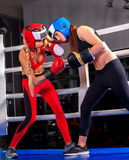 Un allenamento d'inscatolamento di due donne in anello della classe di forma fisica Fotografia Stock