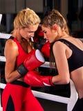 Un allenamento d'inscatolamento di due donne nella classe di forma fisica Fotografia Stock