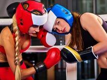 Un allenamento d'inscatolamento di due donne nella classe di forma fisica Immagini Stock