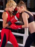 Un allenamento d'inscatolamento di due donne nella classe di forma fisica Immagine Stock Libera da Diritti