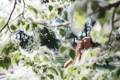 Un'allergia di sofferenza del polline della molla della giovane donna Immagine Stock