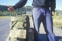Un allievo austriaco che hitchiking fuori Immagine Stock Libera da Diritti
