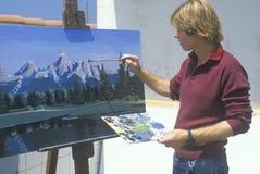Un allievo di arte che vernicia uno scenico, Fotografia Stock