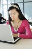 Un allievo femminile e un calcolatore Immagini Stock Libere da Diritti