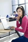 Un allievo femminile studing Fotografia Stock