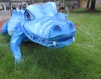 Un alligatore blu su erba verde Fotografia Stock