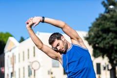 Un allungamento bello dell'atleta Fotografia Stock Libera da Diritti