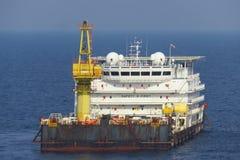 Un alojamiento y un trabajo costeros típicos barge adentro la industria del petróleo y gas imagen de archivo