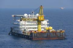 Un alojamiento y un trabajo costeros típicos barge adentro la industria del petróleo y gas fotografía de archivo libre de regalías
