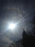 Un alone di 22 gradi intorno al Sun davanti alla chiesa Fotografia Stock Libera da Diritti