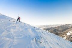Un alpinista maschio che cammina in salita su un ghiacciaio Reac dell'alpinista Fotografia Stock Libera da Diritti