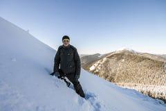 Un alpinista maschio che cammina in salita su un ghiacciaio Reac dell'alpinista Fotografia Stock