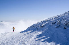 Un alpinista in montagna di inverno della neve, Bulgaria Fotografie Stock