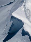 Un alpinista su un percorso pericoloso a Mont Blanc Immagini Stock