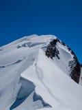 Un alpinista su un percorso pericoloso a Mont Blanc Fotografia Stock Libera da Diritti