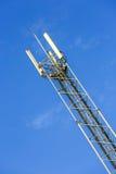 Un'alta antenna della rete di telecomunicazione fuori Immagine Stock Libera da Diritti