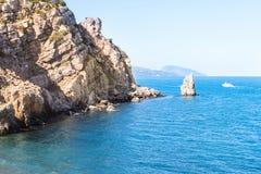 Un'alta costa rocciosa del mare Fotografia Stock