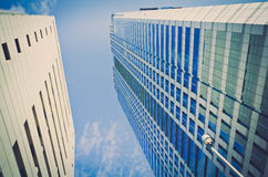 Un'alta costruzione del grattacielo della costruzione nel cielo blu Fotografia Stock