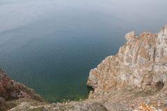 Un'alta linea costiera rocciosa una scogliera nel mare una nebbia del lago sopra l'acqua Fotografie Stock