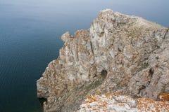 Un'alta linea costiera rocciosa una scogliera nel mare una nebbia del lago sopra l'acqua Immagini Stock