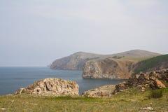 Un'alta linea costiera rocciosa una scogliera nel mare una nebbia del lago sopra l'acqua Immagine Stock Libera da Diritti