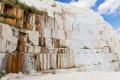 Un'alta parete della cava di marmo bianca Fotografie Stock Libere da Diritti