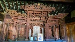 Un altar en una casa de madera vieja en Shaxi, Yunnan, China fotografía de archivo