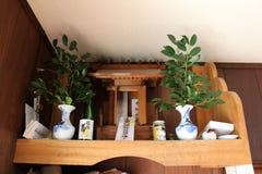 Un altare shintoista di legno-giapponese per culto Immagini Stock