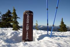 Un'altezza firma dentro la montagna della neve Fotografia Stock Libera da Diritti
