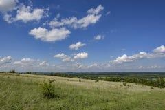 Un alto cielo blu con si rannuvola la stipa pennuta della steppa e le vaste estensioni della Russia, regione di Voronež fotografia stock libera da diritti