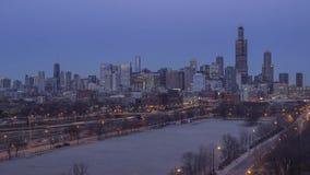 Un alto tiro granangular del horizonte céntrico expansivo de Chicago y del tráfico llano de la carretera y de la calle en la ex almacen de video
